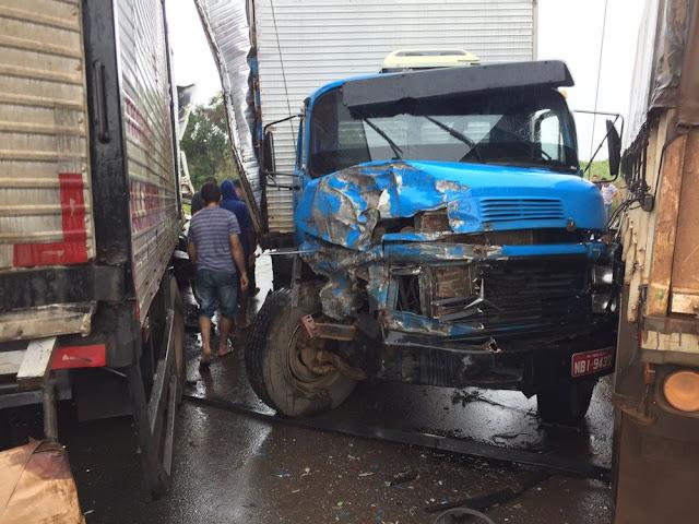 Colisão entre 4 caminhões e um carro interdita BR 364 várias vezes