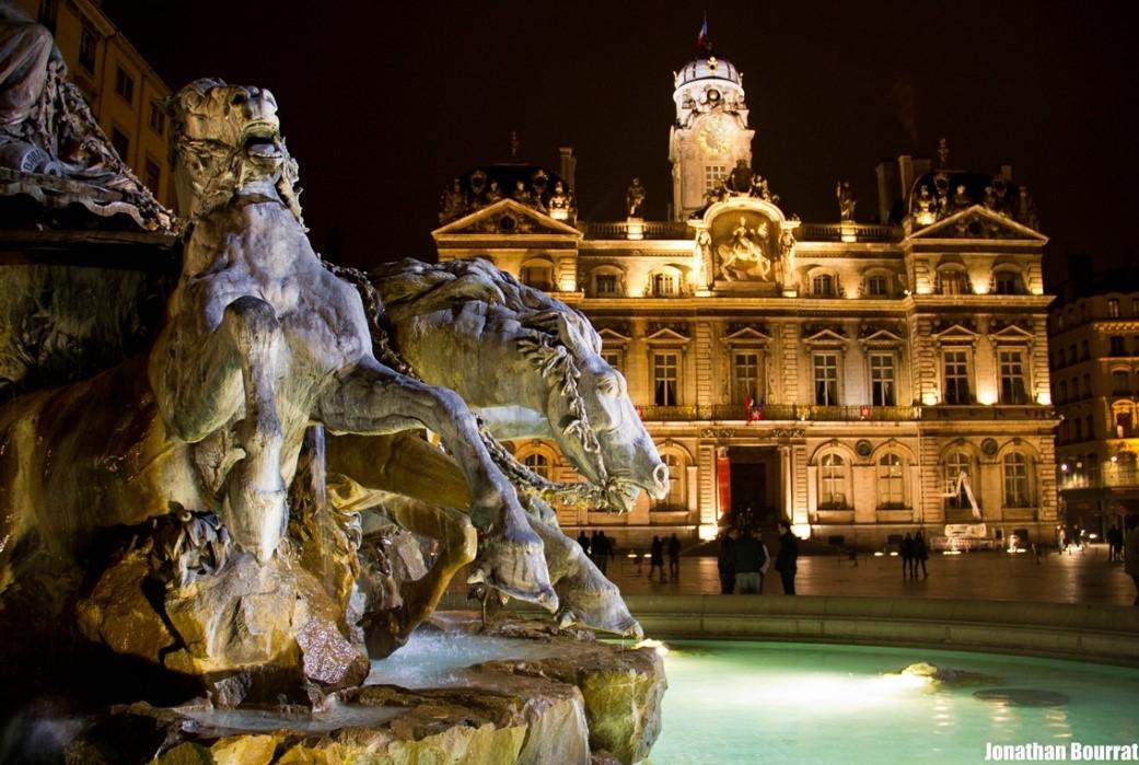 fontaine de Bartholdi et l'Hôtel de ville sur la Place des Terreaux