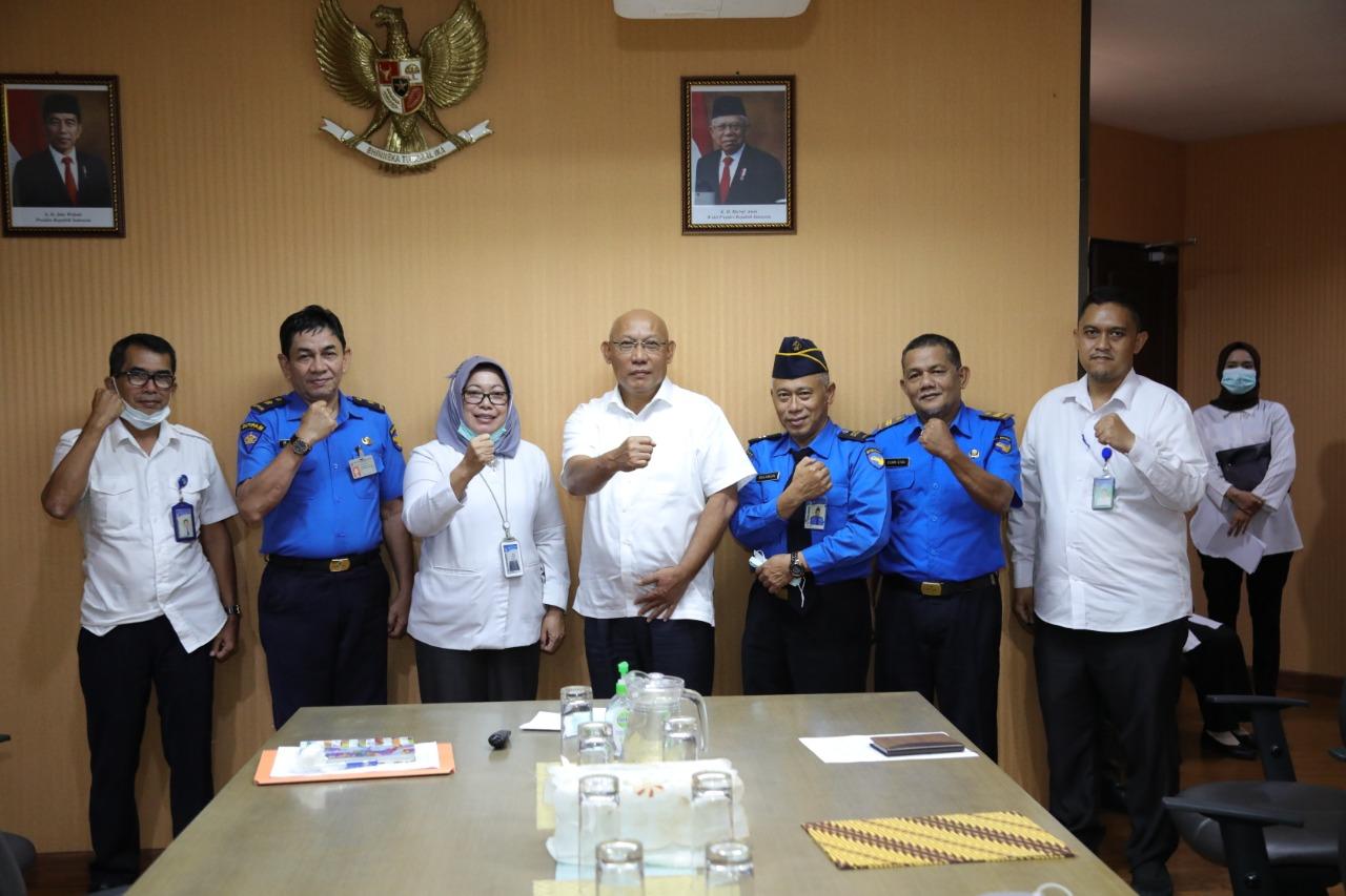 Tujuh Orang Pegawai BP Batam Menerima SK Pensiun Dari Anggota Bidang Administrasi dan Keuangan BP Batam