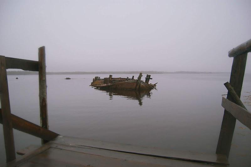 Затопленная баржа, на ней тоже были какие-то декорации