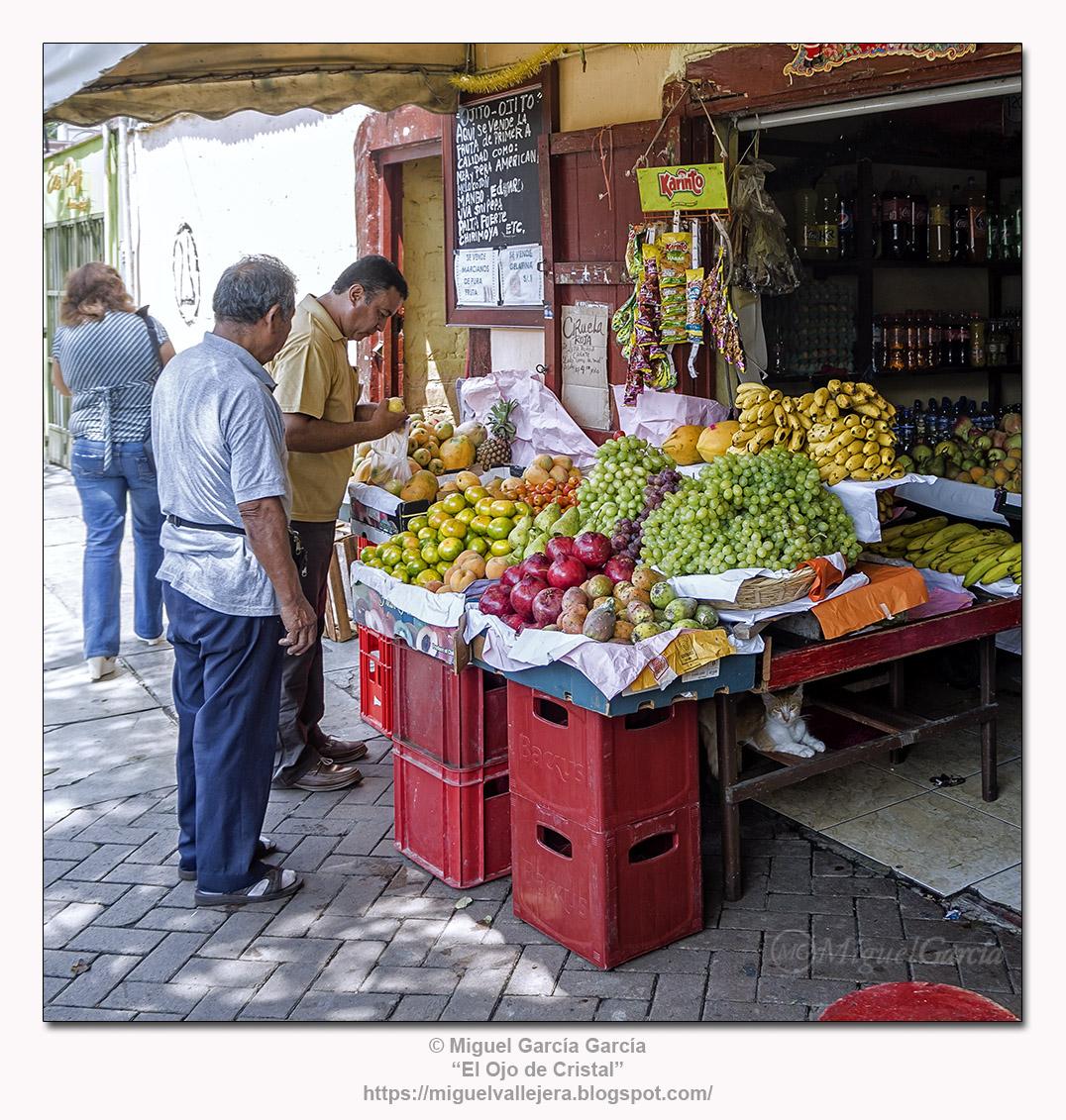 Puesto de frutas y abarrotes, Surco Viejo - Lima.