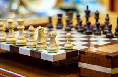 Les jeux d'échecs en bois ont vu leur popularité augmenter suite à la série Le Jeu de la dame (The Queen's Gambit en anglais)