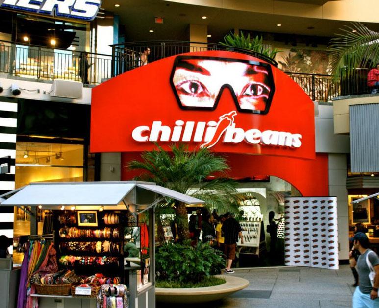 ... óculos de sol gigantes para os clientes e fãs assinarem seus nomes.  Além dos Estados Unidos, a Chilli Beans já está presente também em outros  países, ... d7029d44ac