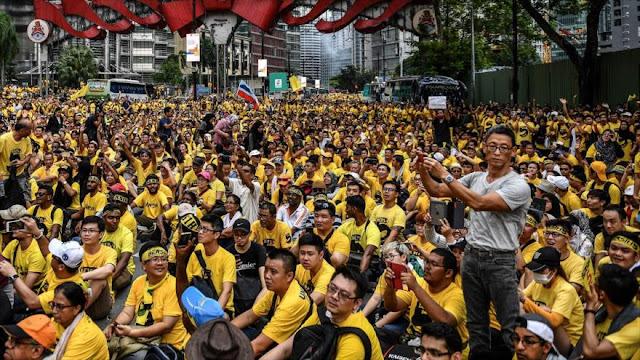 Decenas de miles de malasios exigen dimisión del primer ministro