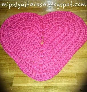 http://mipulguitarosa.blogspot.com.es/2013/05/patron-alfombra-corazon.html
