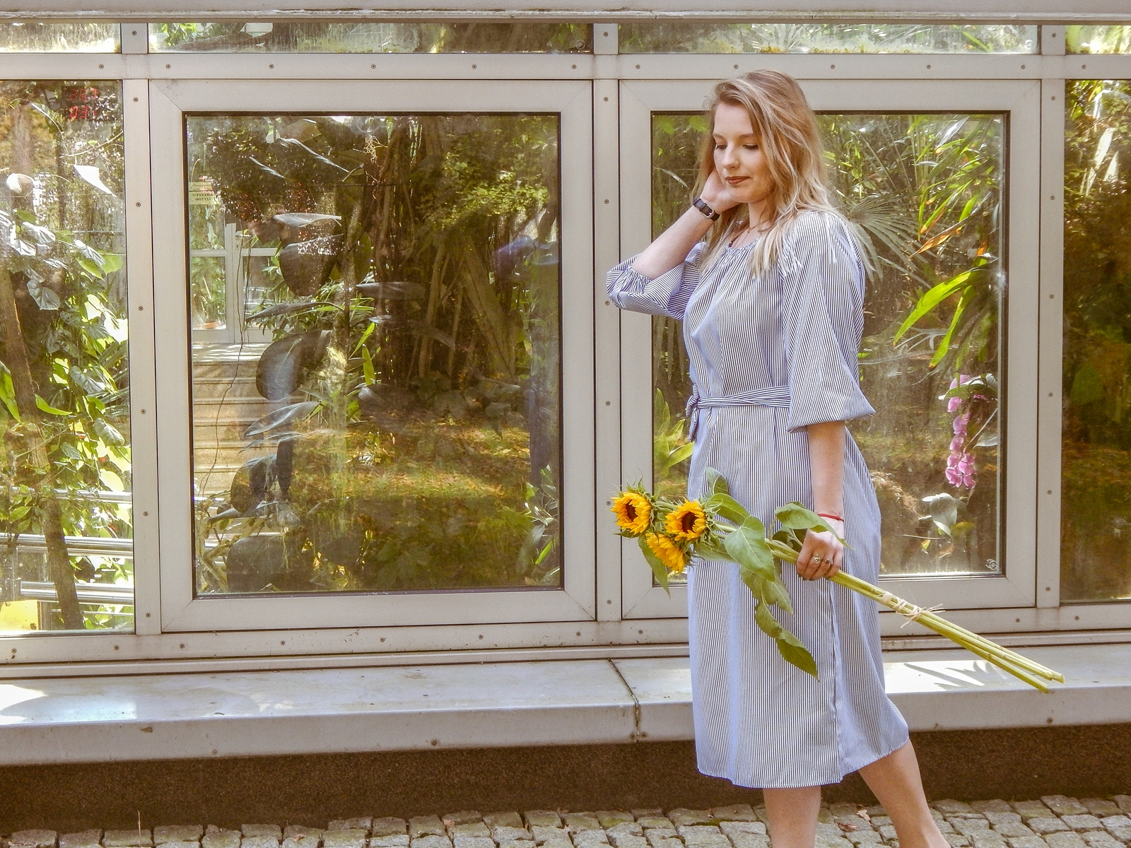 5 stylizacja z sukienką midi sezonowe trendy na jesien 2017 modna polka lookbook ootd fashion lookbook moda damska jak nosic dlugie sukienki dodatki do sukienek w paski kwiaty