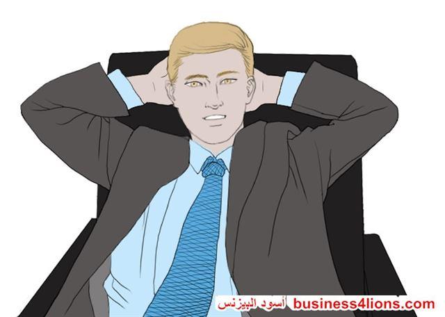 اليدين و المرفقين وراء الرأس  - لغة الجسد