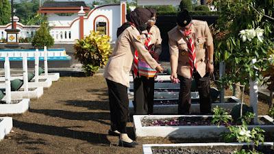 Ziarah Di Makam Tokoh Pramuka Warnai Peringatan Hari Pramuka