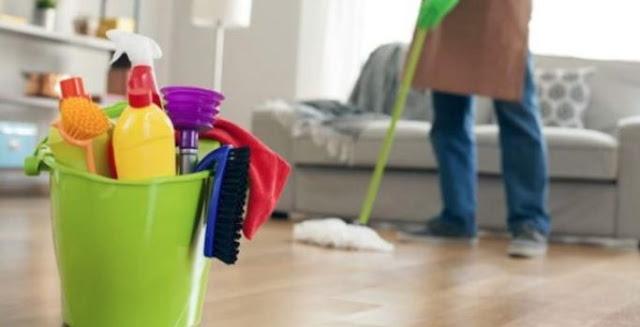 अपने सारे वस्त्र उतारकर लोगों के घर में साफ-सफाई करती है ये औरत