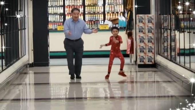 Un niño le muestra a su abuelo ¡que pueden bailar donde quieran!
