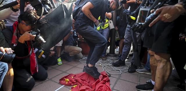 Pekan Ke-16, Pengunjuk Rasa: Rebut Kembali Hong Kong!