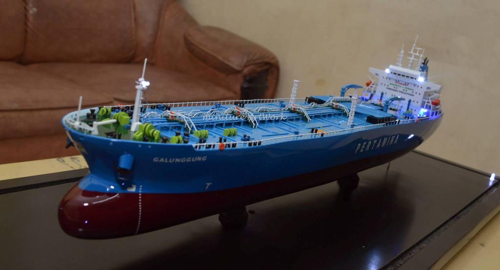 miniatur kapal crude oil tanker galunggung milik pertamina indonesia rumpun artwork planet kapal