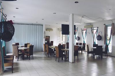 ruang makan di lantai 2 Huk Family Resto