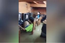 Para Bocah Fokus Main Game Online saat Banjir di Cainta Filipina