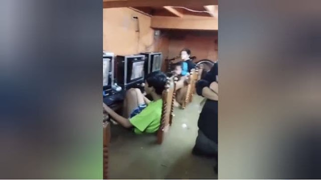 Para Bocah Fokus Main Game Online saat Banjir di Cainta