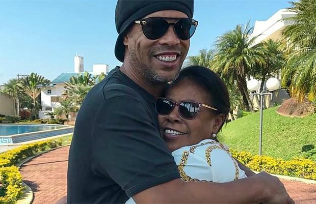 Ronaldinho Gaúcho pede orações para a mãe, internada com Covid-19