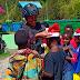 Satgas Yonif PR 433 Kostrad Berikan Bingkisan dan Topi Natal untuk warga dan anak-anak Perbatasan