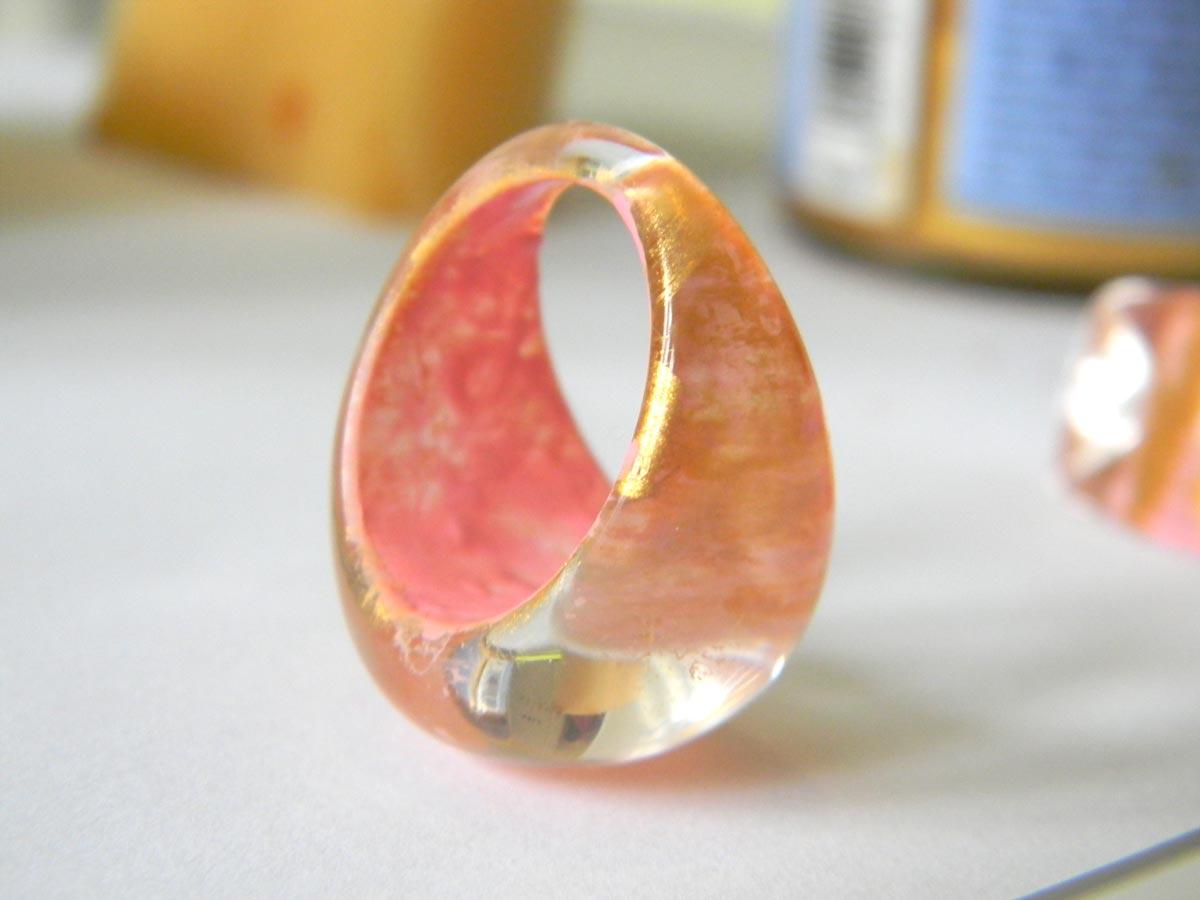 Bague plastique transparent peinture rose et dorée