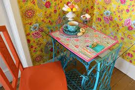 Saiba como reciclar uma máquina antiga de costura com mesa e pedal.