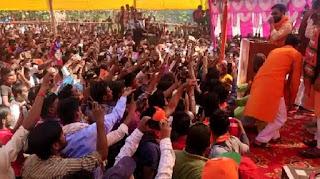 निरहुआ के सभा में भीड़ हुई बेकाबू, सुरक्षा घेरा तोड़ मंच तक पहुंच गए लोग