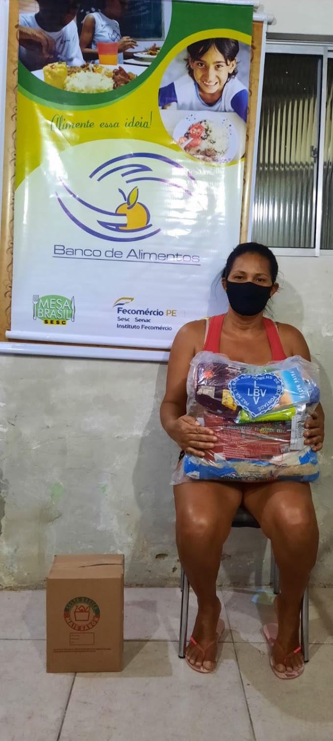 Banco de alimentos do Sesc entrega de cestas básicas em Arcoverde