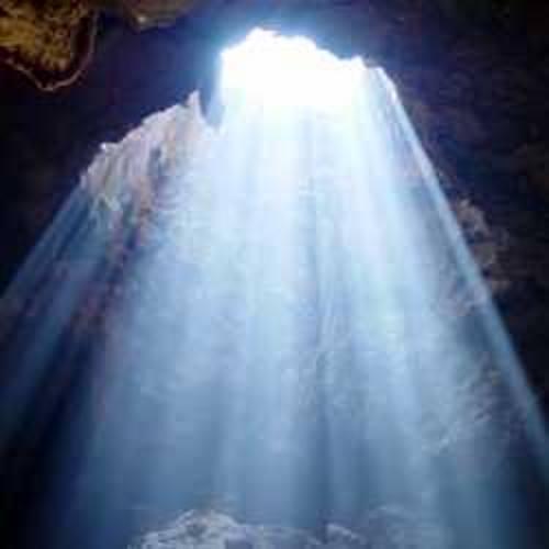 Caverna iluminada por raio de luz. #PraCegoVer