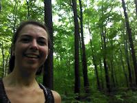 Coureuse souriante forêt parc Bois-de-liesse