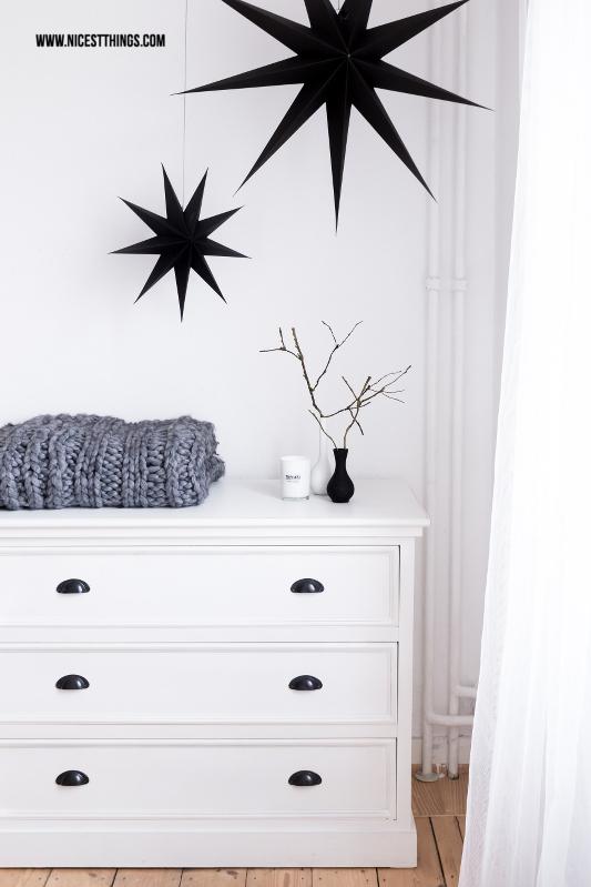 Schlafzimmer weiße Kommode, schwarze Papiersterne, Chunky Knit Throw