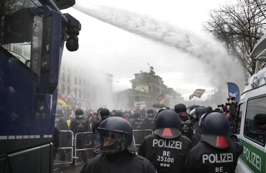 Γερμανία: Επεισόδια εντός και εκτός Κοινοβουλίου