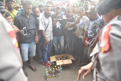 Mahasiswa Papua Tolak Minuman Pemberian Polisi, Katanya cuma Minuman Segar Tapi Beralkohol 19 Persen