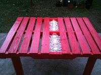 mesa fucsia hecha con pallets de madera