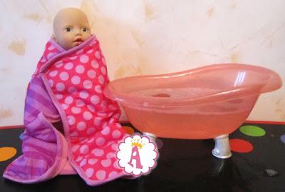 Пупсик с голубыми глазами и розовой ванной Беби Анабель Zapf