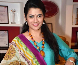 Girija Oak Family Husband Son Daughter Father Mother Marriage Photos Biography Profile.