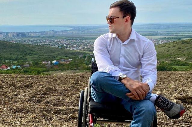 Одной рукой держал, другой грёб. Как инвалид-колясочник спас человека
