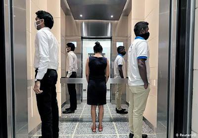 Duy trì khoảng cách tối thiểu 02 mét với những người khác trong thang máy