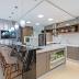 Cozinha integrada com churrasqueira e decor sofisticado com cores neutras!