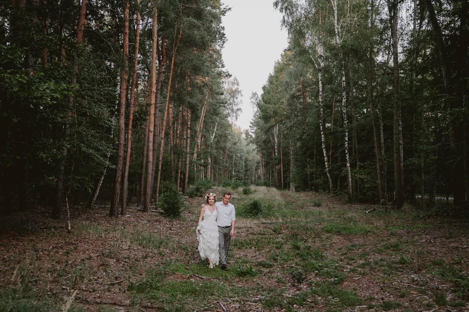 Sesja ślubna karina paweł las w lesie miłość blog modowy kazimierz dolny mięćmierz leśna brama sesja boho rustykalna suknia 3d koronka panna młoda pan młody śna brama sesja boho rustykalna