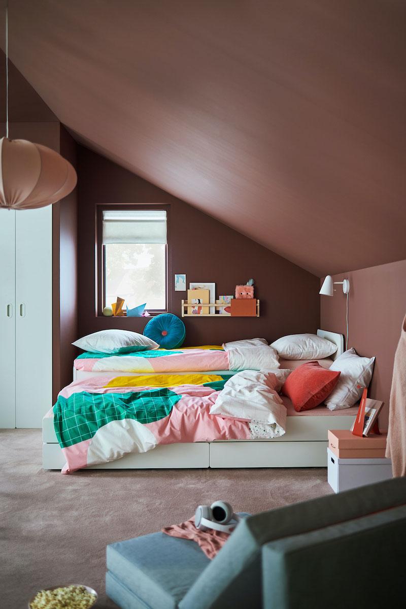 Dormitorio infantil/juvenil con techo abuhardillado.