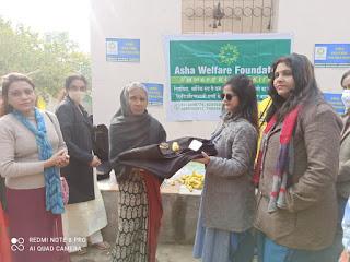ठंड से बचाव के लिए स्लम बस्ती में आशा वेलफ़ेयर फाउंडेशन ने आयोजित किया कम्बल वितरण समारोह