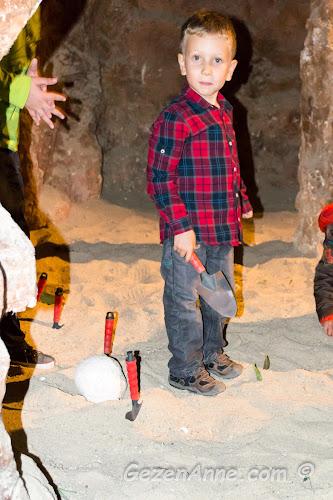 kumda dinozor yumurtaları arayan oğlum, Jurassic Land