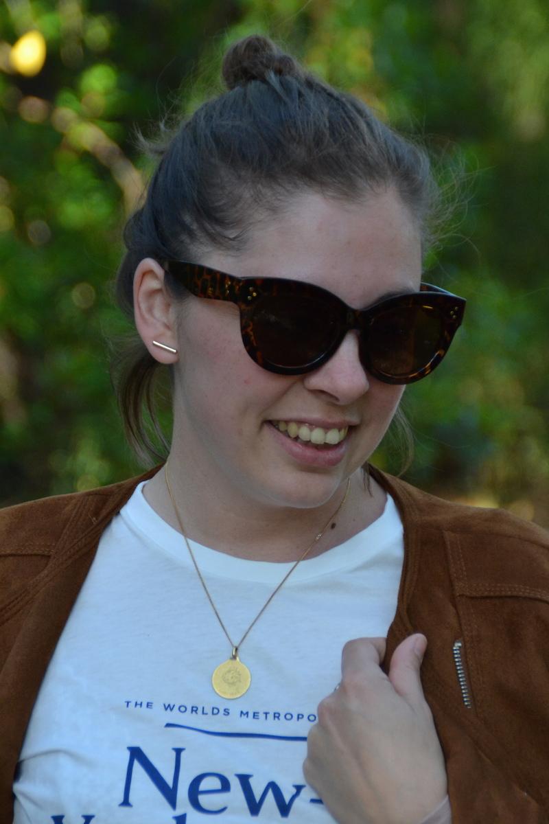 veste en daim stradivarius, t-shirt H&M, lunette Aliexpress