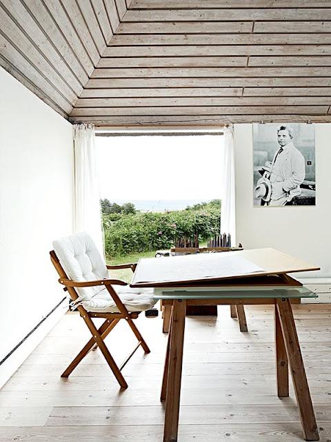 bureau de style scandinave dans une maison de vacances danoise