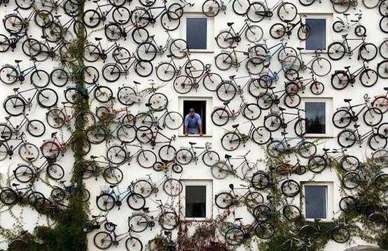 instalación de bicicletas en la pared de un edificio