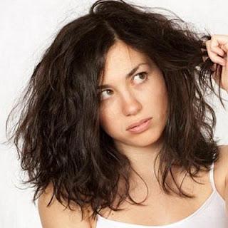 Cara Mengatasi Rambut Mengembang yang Kering Menjadi Lurus Secara Alami