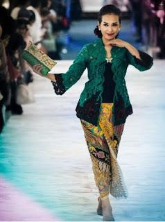 Model Kebaya Anne Avantie Tahun 2017 Trend Terbaru Kombinasi Batik