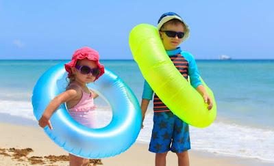 chuẩn bị dụng cụ bơi cho bé