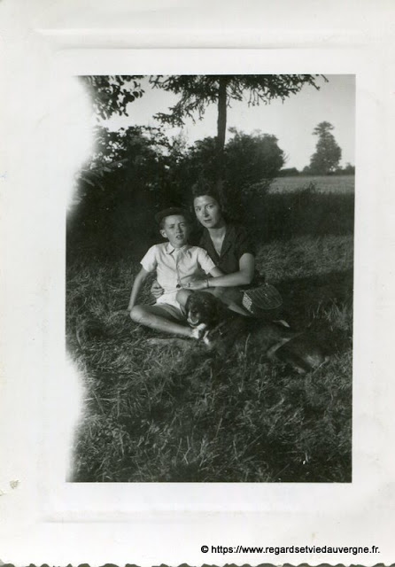 Photo ancienne : maman et enfant.