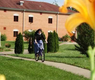 Resultado de imagen de monjas en bicicletas