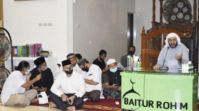Usai DitkamPria Berbaju Biru, Syekh Ali Jaber Lanjutkan Ceramah, Kisahkan Detik-detik Penyerangan