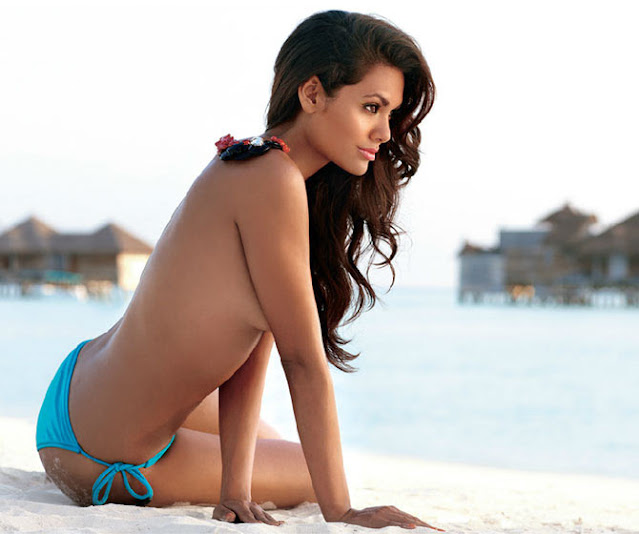 esha_gupta_beach_bikini_hot_look